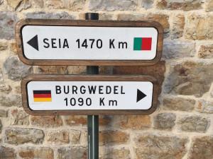 Domfront est jumelée avec Seia, au Portugal et Burgwedel, en Allemagne.