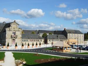 Entrée du lycée public Chevalier à Domfront (Orne) situé sur la place du Champ-de-Foire, à côté du théâtre intercommunal.