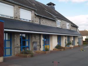 Cour de récréation de l'école maternelle publique Aliénor-d'Aquitaine à Domfront (Orne)