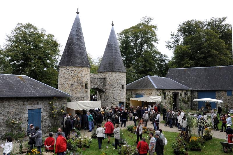 Entrée du manoir de la Guyardière flanquée de deux tours lors de la manifestation Plantes en fête.