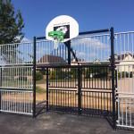 Panneau de basket et cage de handball ou de football sur le city stade de Domfront (Orne)