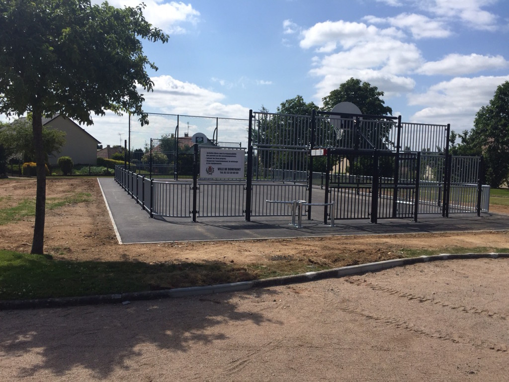 Vue extérieure du city stade de Domfront (Orne)