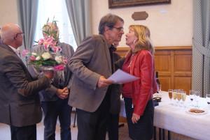 Remise de la médaille d'honneur communale vermeille à Catherine Clouard. Ici avec Bernard Soul.