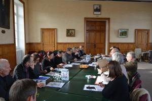 Présentation de l'histoire de la Ville de Domfront à la commission des Petites cités de caractère dans la salle du conseil municipal rang 2