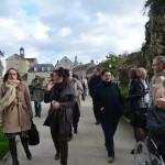Les membres du conseil municipal et de l'office de tourisme avec la commission des Petites cités de caractère dans le parc du château de Domfront