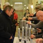 L'équipe municipale sert vin chaud et chocolat aux habitants de Domfront après le feu d'artifice du 31 décembre 2015 tiré depuis le château.