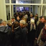 Les habitants entrent dans la mairie pour déguster un vin chaud le 31 décembre 2015 après le feu d'artifice.
