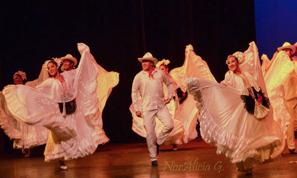 Ballet Folklorico del ateneo fuente de la Universidad autonoma de Coahuila (Mexique)