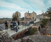 L'équipe du magazine belge Moto 80 a sillonné les routes de l'Orne et découvert la cité médiévale de Domfront-en-Poiraie (© Moto 80)