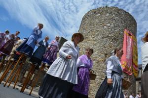 Les Landais défilent au pied de la tour en bas de la Grande-Rue.