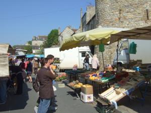 Le marché de Domfront sur la place Charles-de-Gaulle.