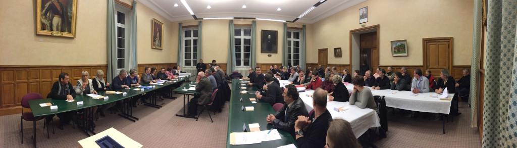 Premier conseil municipal de Domfront-en-Poiraie dans la salle du conseil de la mairie de Domfront