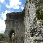 Le donjon du château de Domfront aujourd'hui en ruine était réputé imprenable. Il domine le paysage à des kilomètres à la ronde.