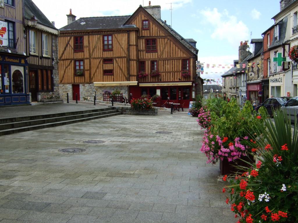 La place Saint-Julien avec ses maisons à colombages restaurées.