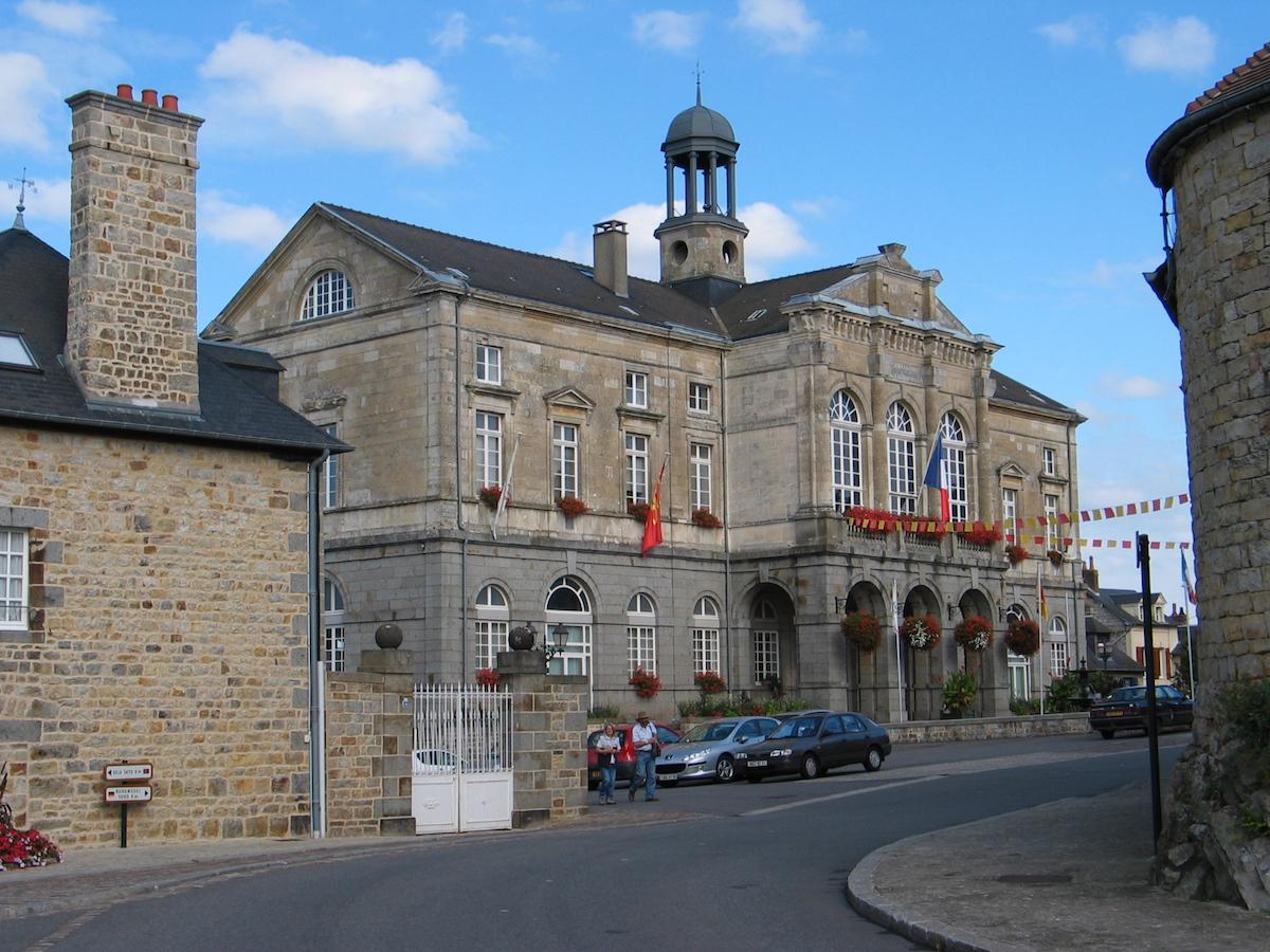 La mairie de Domfront est un bâtiment en pierre construit au 19e siècle.