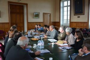 Présentation de l'histoire de la Ville de Domfront à la commission des Petites cités de caractère dans la salle du conseil municipal rang 1