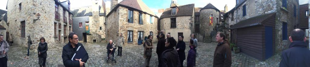 Panoramique des membres du conseil municipal et de l'office de tourisme avec la commission des Petites cités de caractère cour Marie-du-Rocher