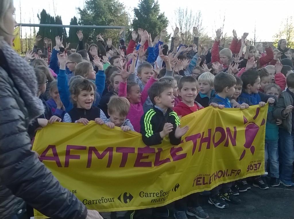 Les enfants des écoles Aliénor-d'Aquitaine, Brassens-Brel et de Saint-Front on participé vendredi 4 décembre 2015 à une course au profit du Téléthon.